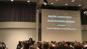 Ordförande för De ungas agenda 2030, Siiri Mäkelä, presenterar klimatuppropet.