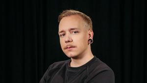 Aleksi Rantamaa katsoo vakavana kameraan