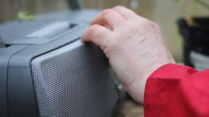 Käsi vaihtaa kanavaa radiovastaanottimeen