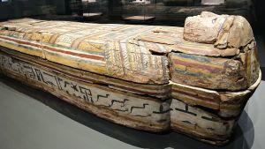 En kista på Amos Rex utställning Egyptens prakt.