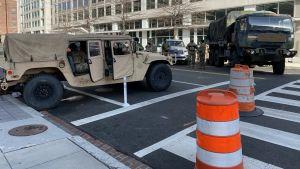 Militärfordon blockerar vägarna