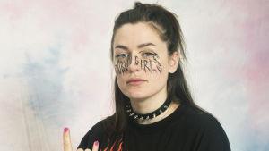 På bilden serietecknaren Moa Romanova iklädd ett nithalsband och mycket eyeliner.