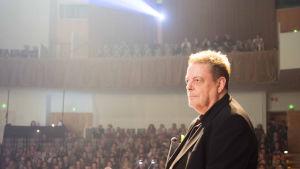 Runoilija Harri Nordell lavalla Tanssiva karhu -palkintojenjakotilaisuudessa