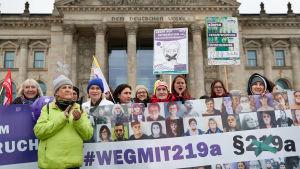 Tyskar demonstrerar för aborträtten utanför riksdagen i Berlin.