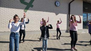 Kuvassa on Karhumäen oppilaita, jotka tanssivat JVG:n Frisbee-kappaleen tahtiin.