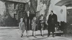 Norska kronprinsfamiljen fotade utanför Pooks Hill, deras hem under tiden i USA. Bilden troligtvis från 1942.