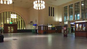 Järnvägsstationen i Helsingfors stod tom på fredag morgon.