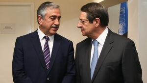 Turkcyprioternas president Mustafa Akinci och grekcyprioternas president Nicos Anastasiades