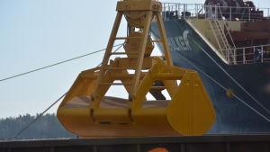Fodervete lastas på fartyg i Ingå hamn.