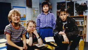 """Jarno Jokinen (Ville), Sami Laine (Janne), Anne Helminen (opettaja) ja Pasi Pitkäaho (Tommi) sarjanäytelmässä """"Tarkkis"""" vuonna 1986."""