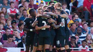 Liverpoolspelarna kramar om varandra i matchen mot Arsenal.