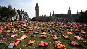 Flyktingar placerar ut flytvästar i centrum av London.
