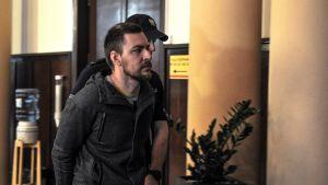Ägaren av KickassTorrents Artem Vaulin på väg in i rättssalen i Polen, där han är gripen.