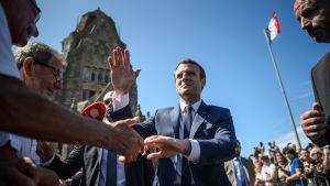 Frankrikes president Emmanuel Macron hälsar på väljare.