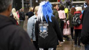 Demonstrant med blåvit peruk.