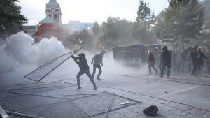 Upplopp i Stockholm i samband med det nynazistiska Svenskarnas partis möte. Personerna på bilden är enligt bildbyrån EPA motdemonstranter.