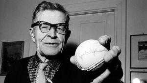 """Lauri """"Tahko"""" Pihkala med en boboll signerad Lyndon B Johnson, 1967."""