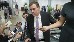 Den demokratiska senatorn Mark Warner anklagar Twitter för naivitet inför och efter presidentvalet i fjol