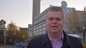 Patrik Karlsson poserar med Yletornet i bakgrunden.