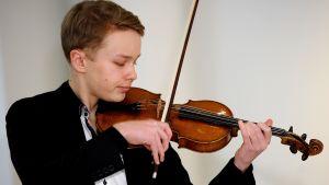 Otto Antikainen soittaa OP Ryhmän Taidesäätiön omistamaa Carlo Antonio Testore -viulua vuodelta 1730