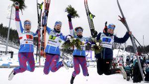 Aino-Kaisa Saarinen, Kerttu Niskanen, Laura Mononen och Krista Parmakoski firar vinst.