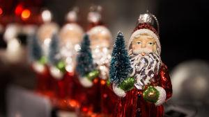 Joulupukki-koristeita lähikuvassa.