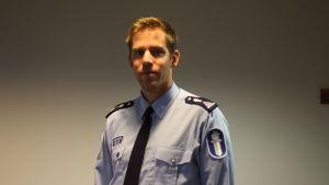 Polisen Mikael Appel poserar i uniform.