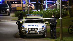Avspärrningar utanför polisstationen i Rosengård.