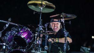 Lars Ulrich spelar trummor.