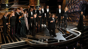 Guillermo del Toro och ensemblen som gjorde The Shape of Water på scenen på Oscarsgalan 2018.