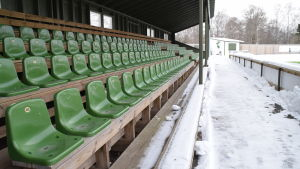 Läktarna på Centrumplan i Ekenäs har inte snö på sig, men Raseborg försöker få bort snön från konstgräset.