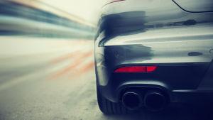 Fortkörande bil.