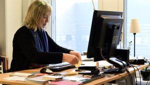 jenny westergård vid arbetsbordet.