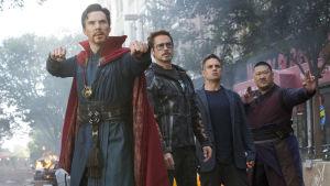 Doctor Strange, Iron Man, Hulken och Doktor Stranges vapendragare poserar.