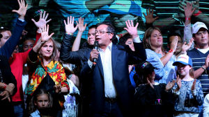 Vänsterns presidentkandidat Gustavo Petro (i mitten) i kampanjhögkvarteret i Bogotá minuterna efter att resultatet i presidentvalet blivit klart.