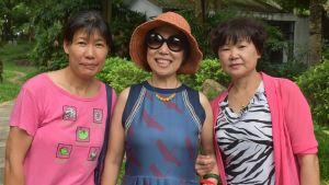 Zhao Shuqing (i mitten) tycker om att resa tillsammans med goda vänner. I sin ungdom hade de inga möjligheter att lämna Kina.