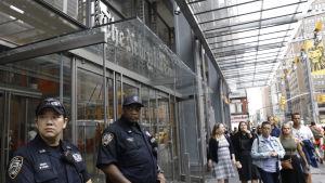 Två poliser står utanför New York Times i New York efter skjutningen på Capital Gazettes nyhetsredaktion i Maryland.