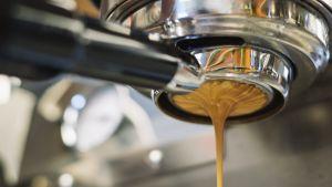 kahvia valuu espressokoneesta