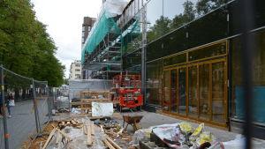 Ingången från Hovrättsesplanaden till köpcentret Espen kantas fortfarande av byggbråte.