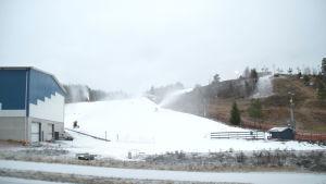 snö yr i backe