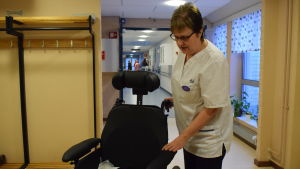 Dea Kovanen i en sjukhuskorridor med en rullstol.