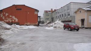 En isig parkeringsplats.