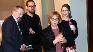 Grundlagsutskottets ordförande Vänsterförbundets Annika Lapintie (mitten) lämnar utskottets möte.