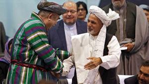 Abdul Rashid Dostum stöder inte president Ashraf Ghani i höstens presidentval utan hans värsta rival, regeringschefen Abdullah Abdullah