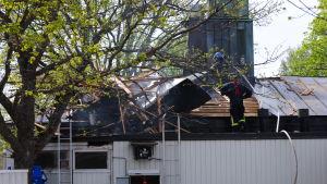 Branmännen har rivit upp taket.