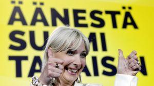 Laura Huhtasaari visar tummarna upp efter EU-valet 2019.