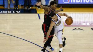 Stephen Curry mötte Kyle Lowry i den tredje finalmatchen mellan Golden State och Toronto.