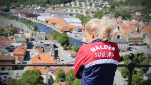 Marika Teini beundrar utsikten.