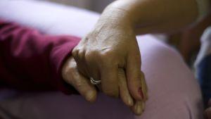 Två händer som håller varandra.