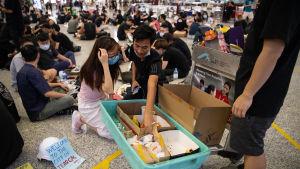 Upp till 3 000 demonstranter ockuperade ankomsthallen för andra dagen i rad
